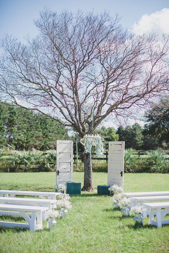 outdoor wedding ceremony under tree @weddingchicks