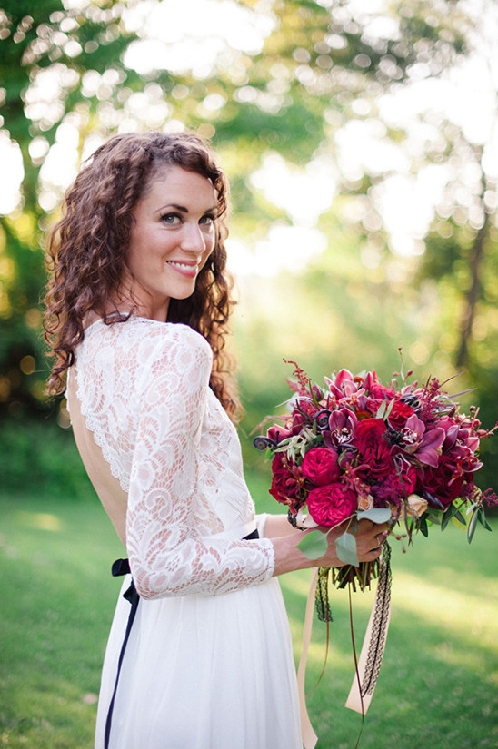 lace wedding gown and bouquet @weddingchicks
