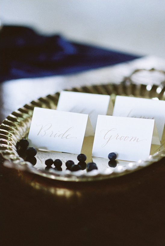 gold script escort cards @weddingchicks
