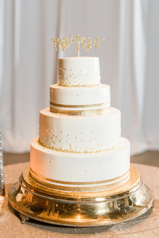 gold and white wedding cake @weddingchicks
