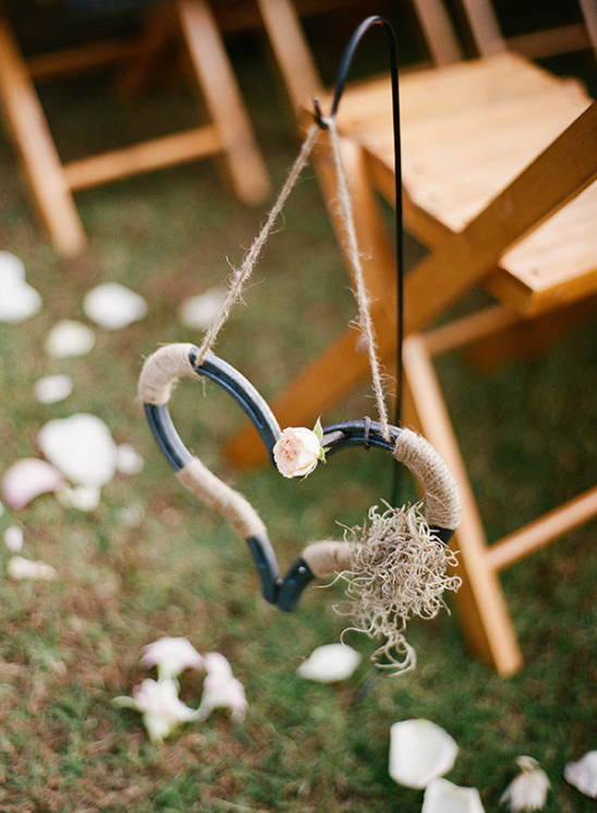 horseshoe wedding heart decor @weddingchicks