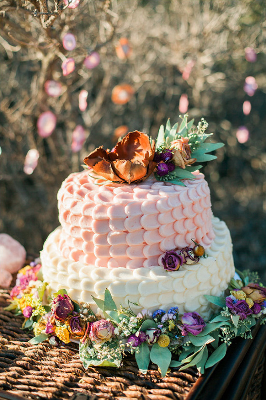 peach and ivory wedding cake @weddingchicks