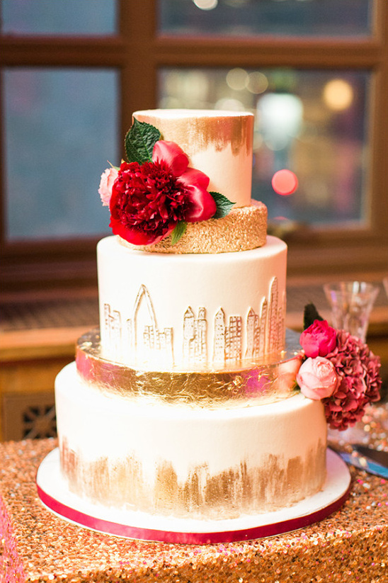 gold cityscape wedding cake @weddingchicks
