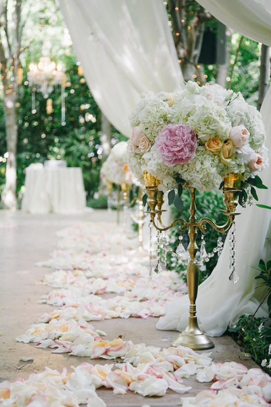aisle decor flowers @weddingchicks