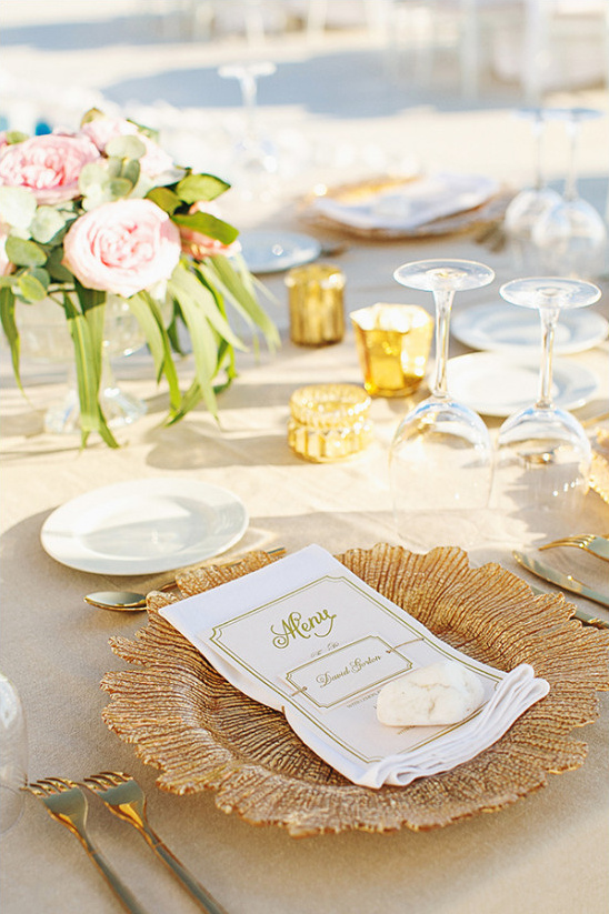 gold and neutral wedding reception @weddingchicks