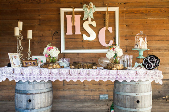 rustic cake table @weddingchicks