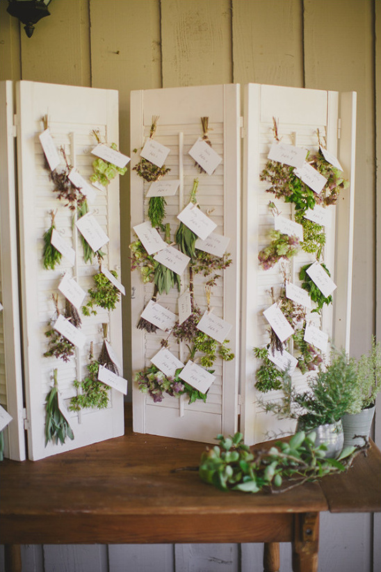 hanging escort card display @weddingchicks