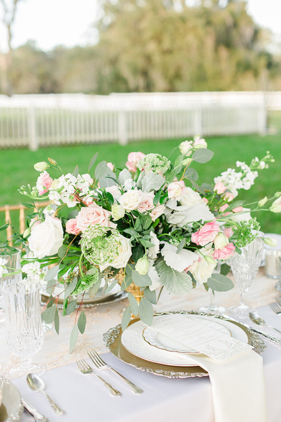 pink white rose and queen annes lace centerpiece