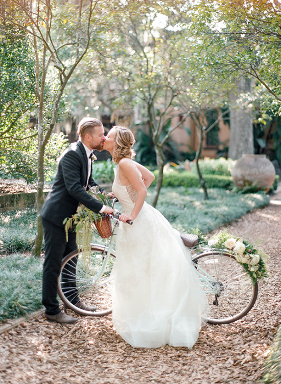 cute wedding bicycle kiss