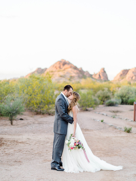 Desert kiss wedding photo idea