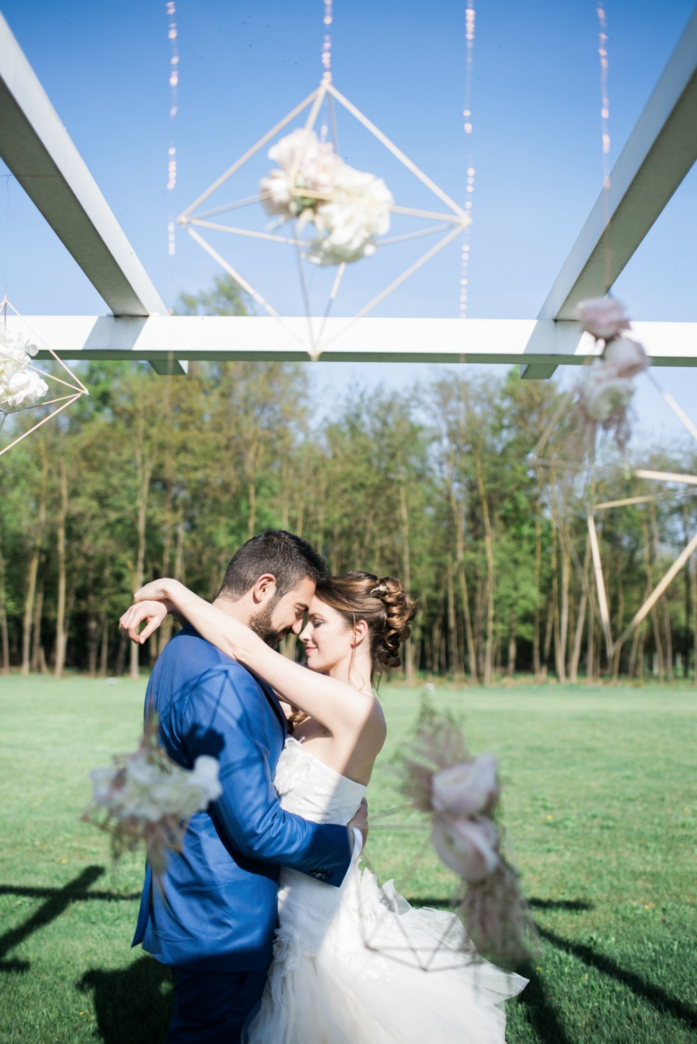 bride and groom with modern outdoor wedding backdrop