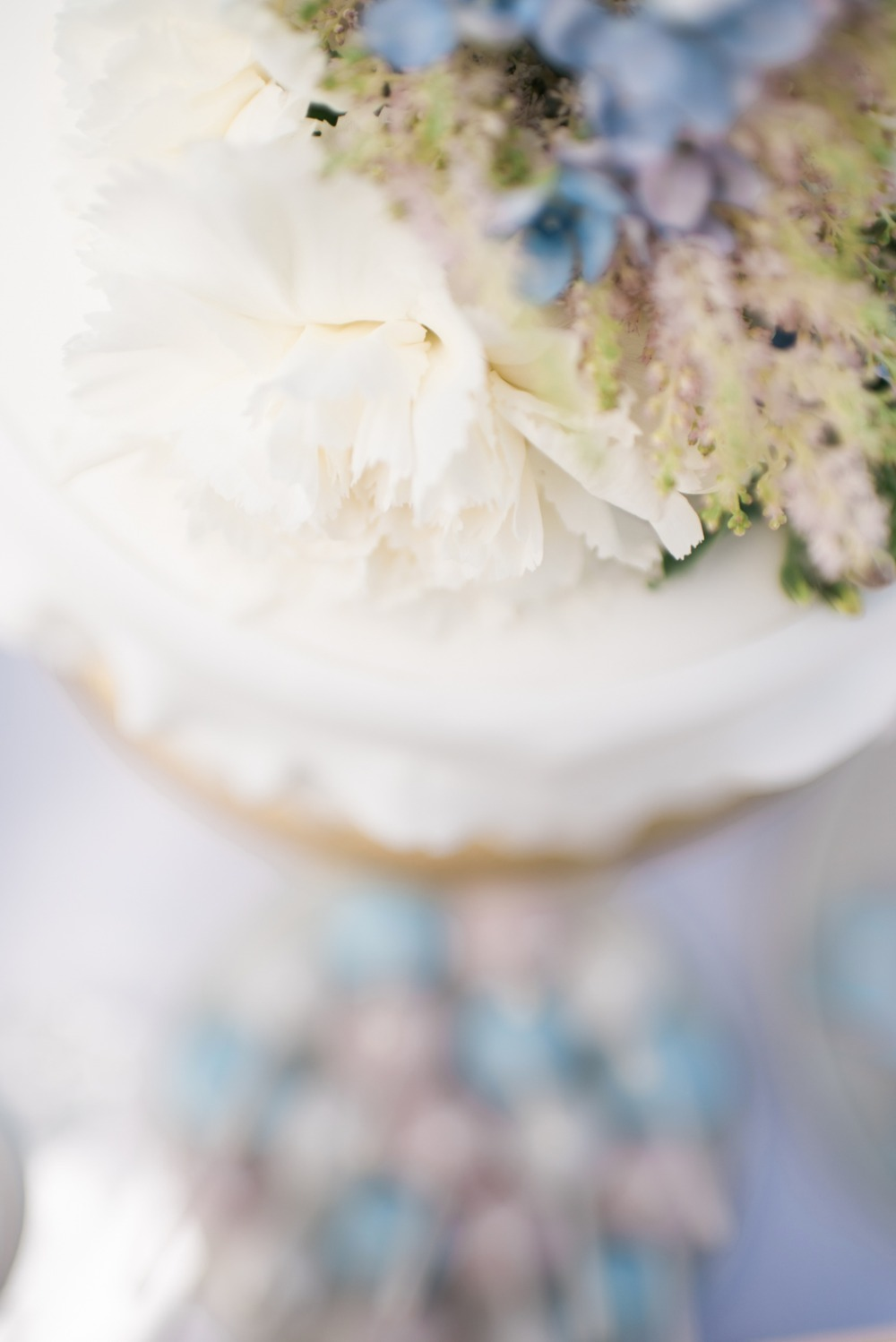 soft blue and pink wedding cake accents