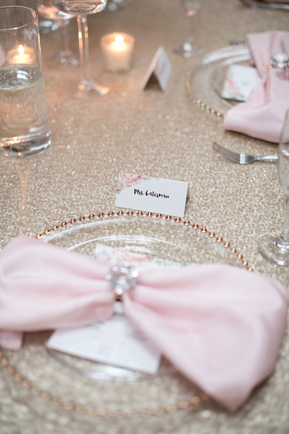 Table scape decor with pink bow napkins