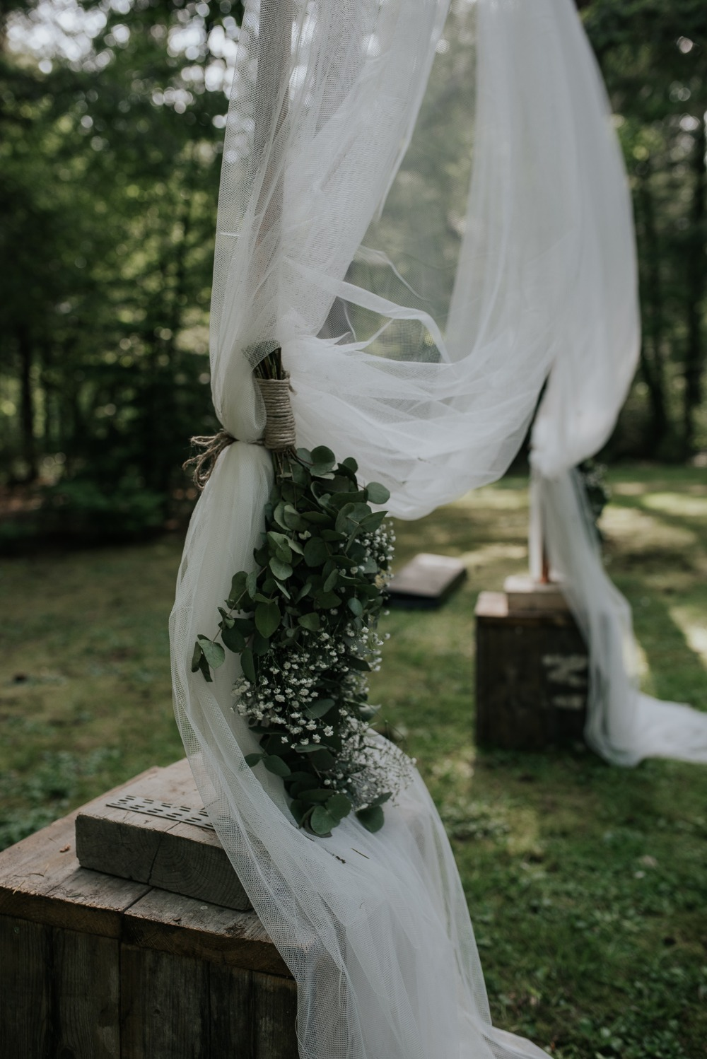 Simple ceremony arch details