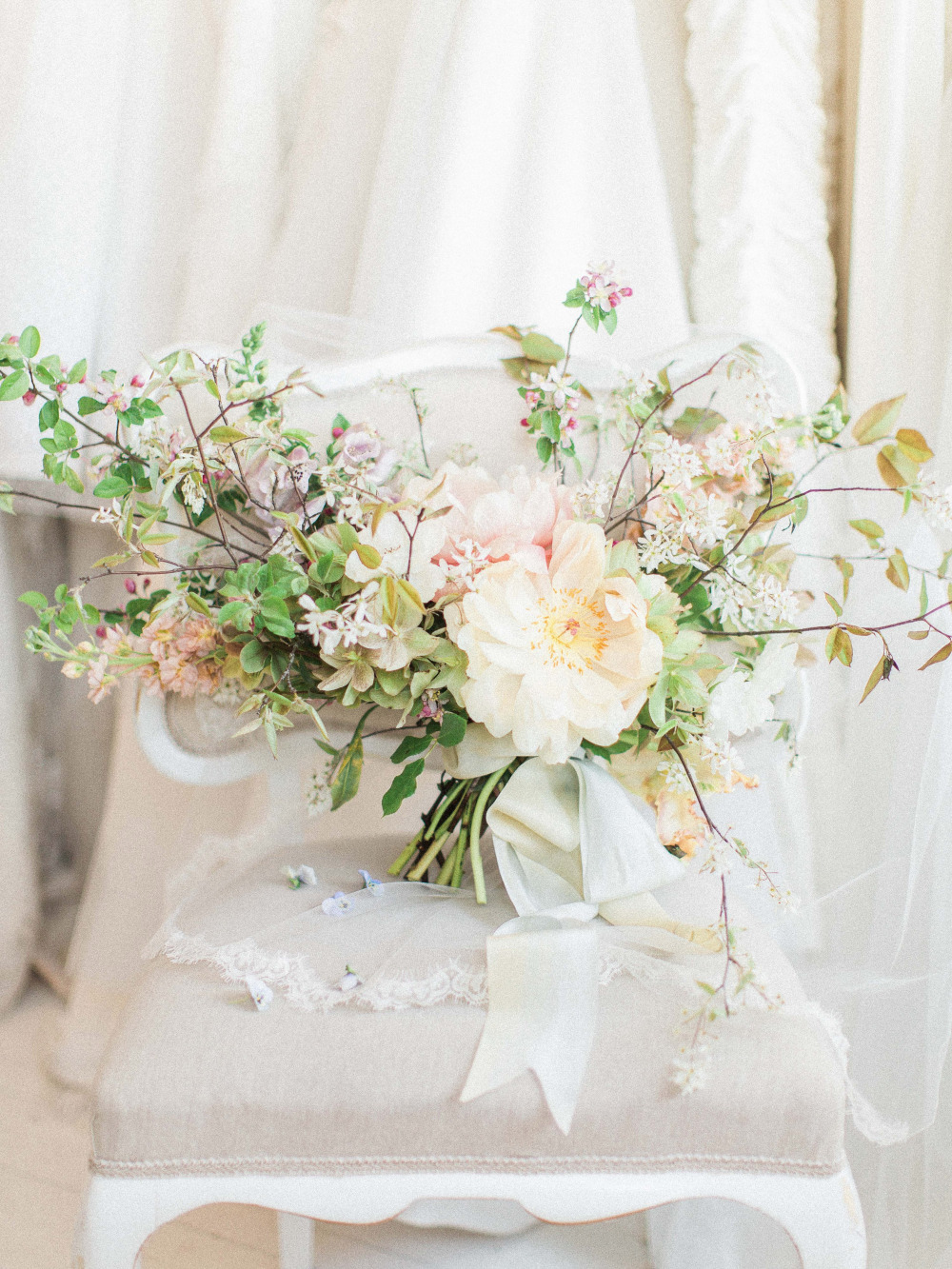 gorgeous spring wedding bouquet idea