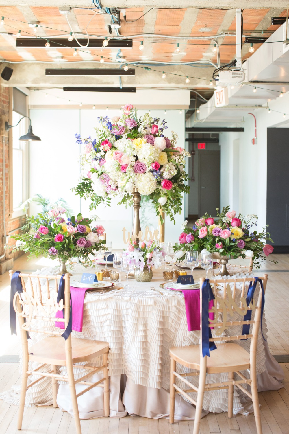 Bright and colorful reception tabelscape idea