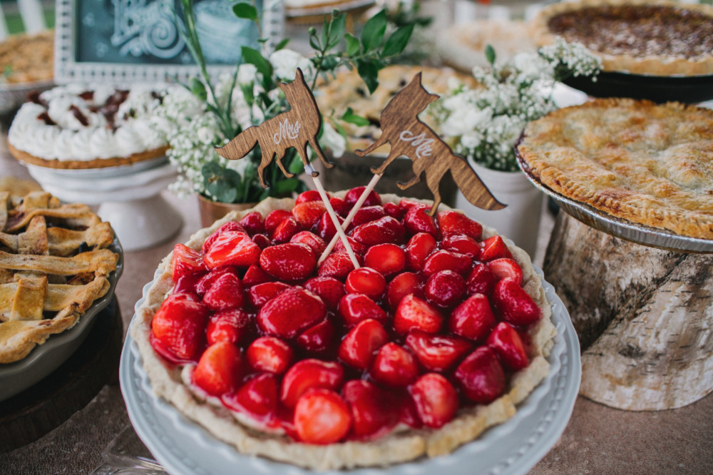 strawberry wedding pie with foxes topper