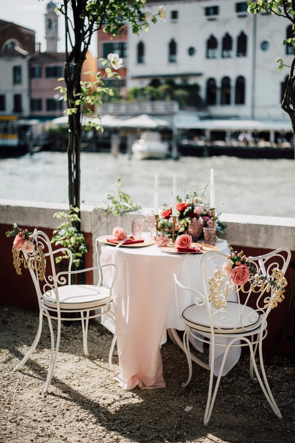 romantic sweetheart table in venice italy
