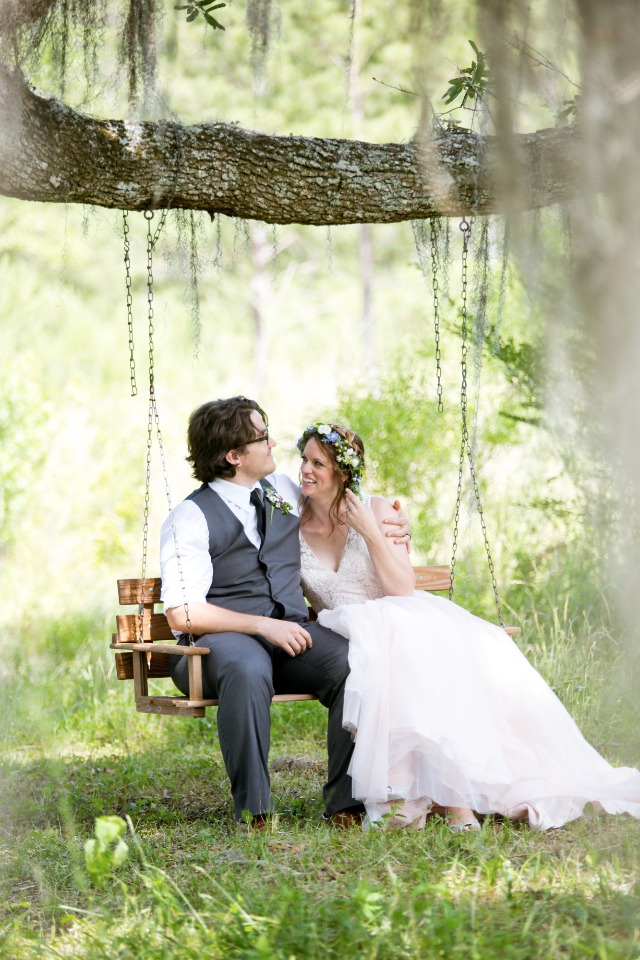 cute wedding photo idea for the bride and groom