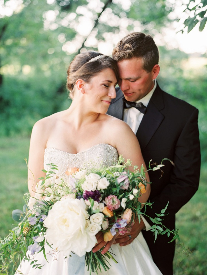 sweet wedding photo idea for the bride and groom