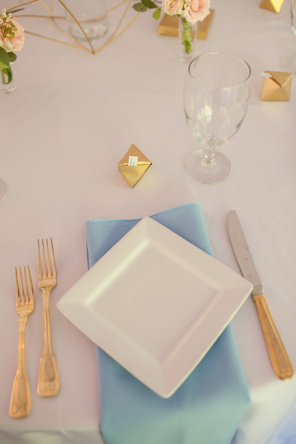 Blue, white and gold table setting ideas