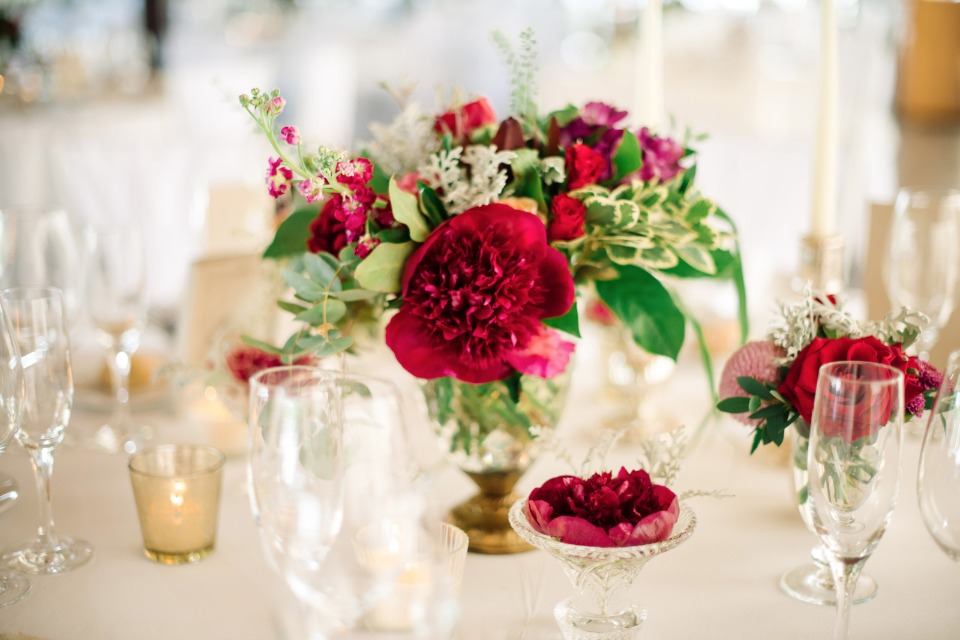 pops of red at this white and gold reception