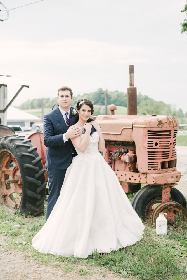 cute farm wedding photo idea