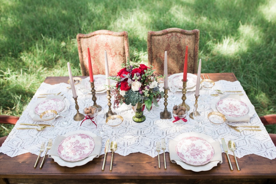 red white and gold table decor