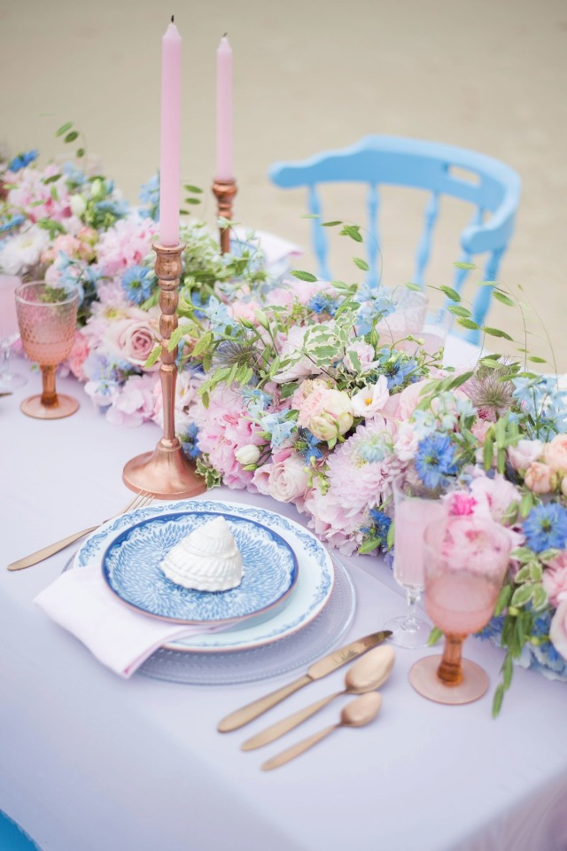 beach wedding table with pink and blue details