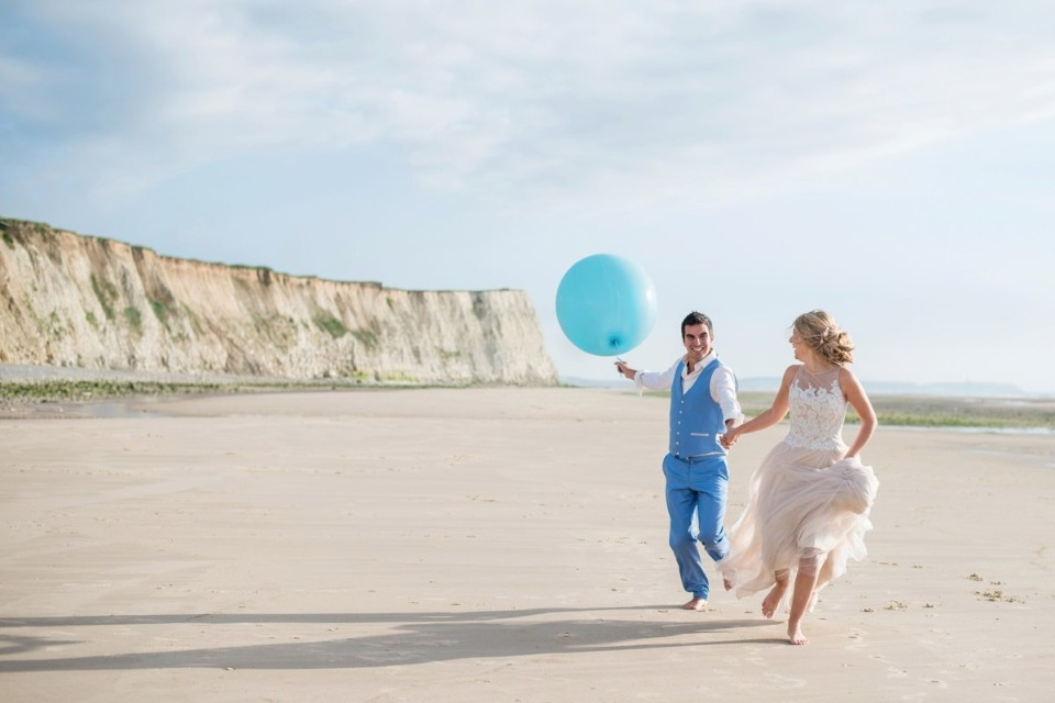 bride groom and balloon on the beach