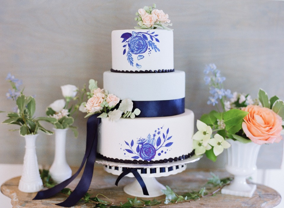 blue and white china style wedding cake
