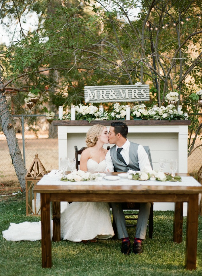 white and grey sweetheart table