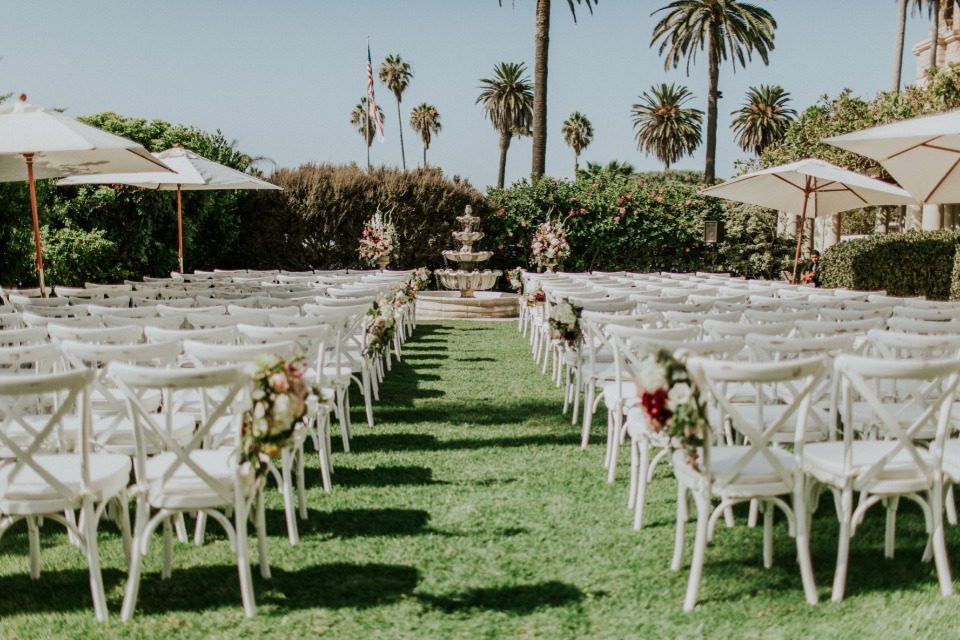 Stunning outdoor ceremony in red and white