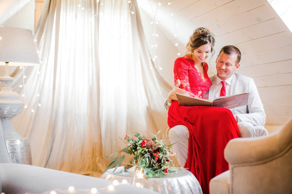 getting cozy on your holiday themed wedding