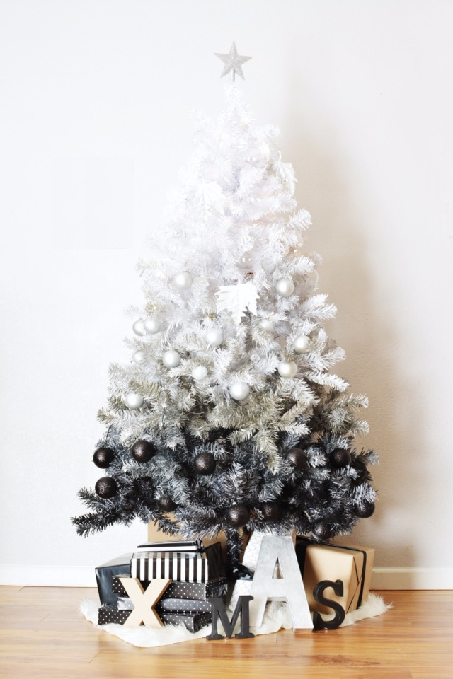 black and white has never looked so good on a Christmas tree