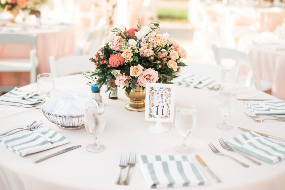 Simple and elegant garden wedding table decor