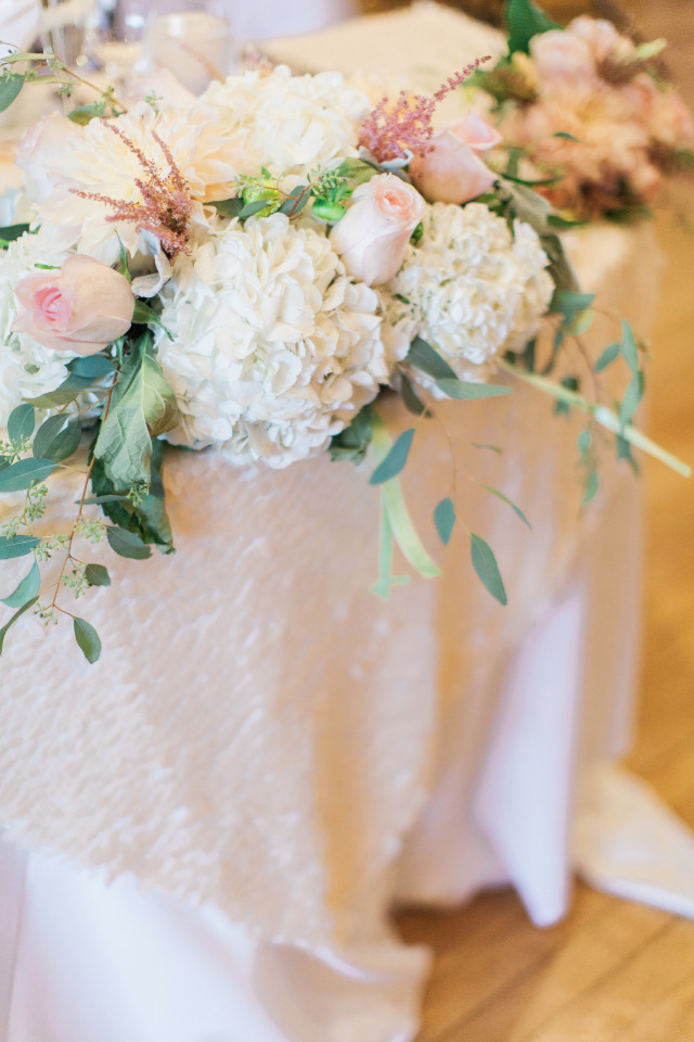 rose and hydrangea wedding flower decor