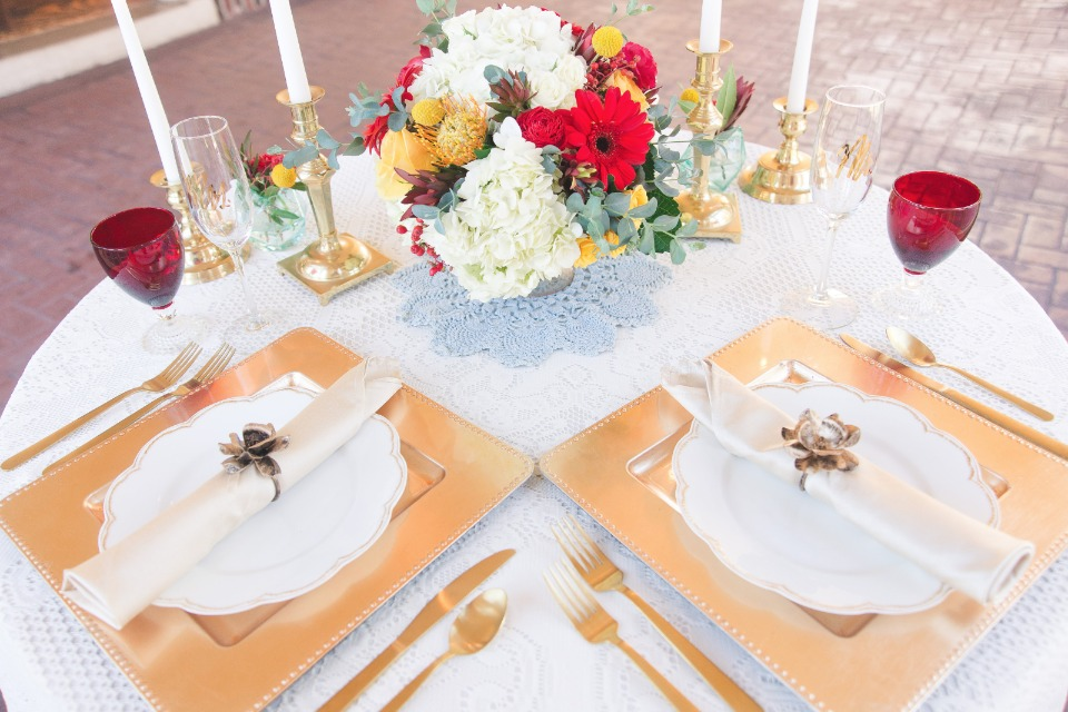Gold tableware details