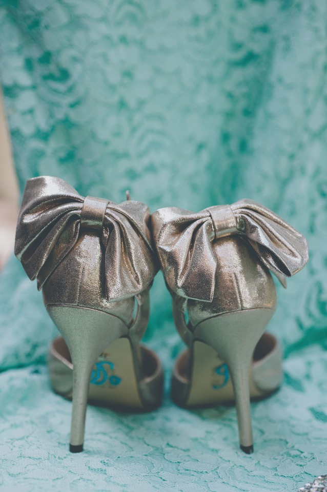 Metallic heels with bows