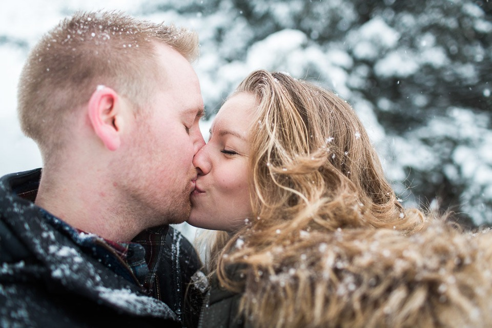 engagement shoot idea kiss