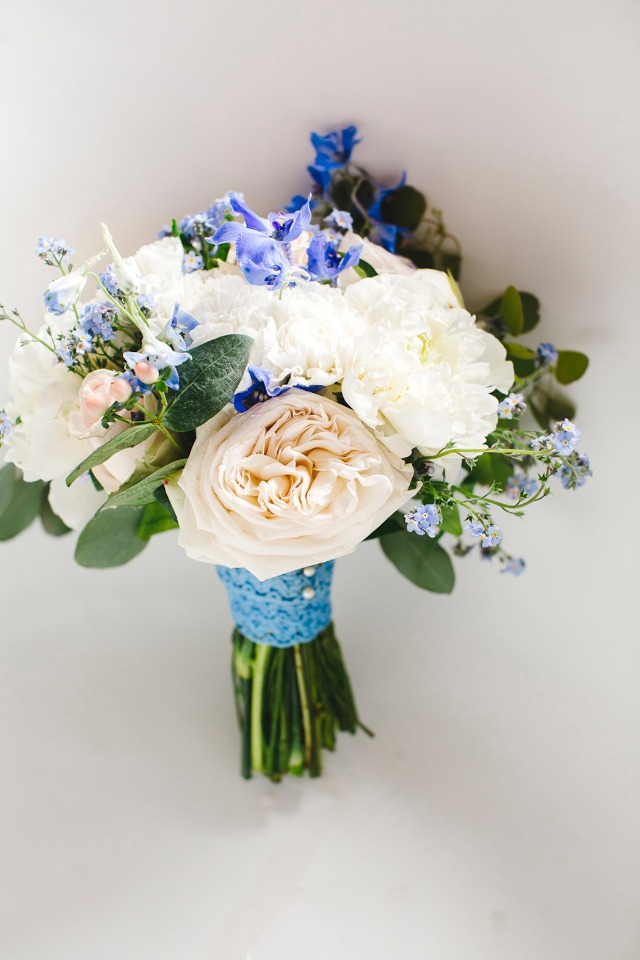 white and blue wedding flowers