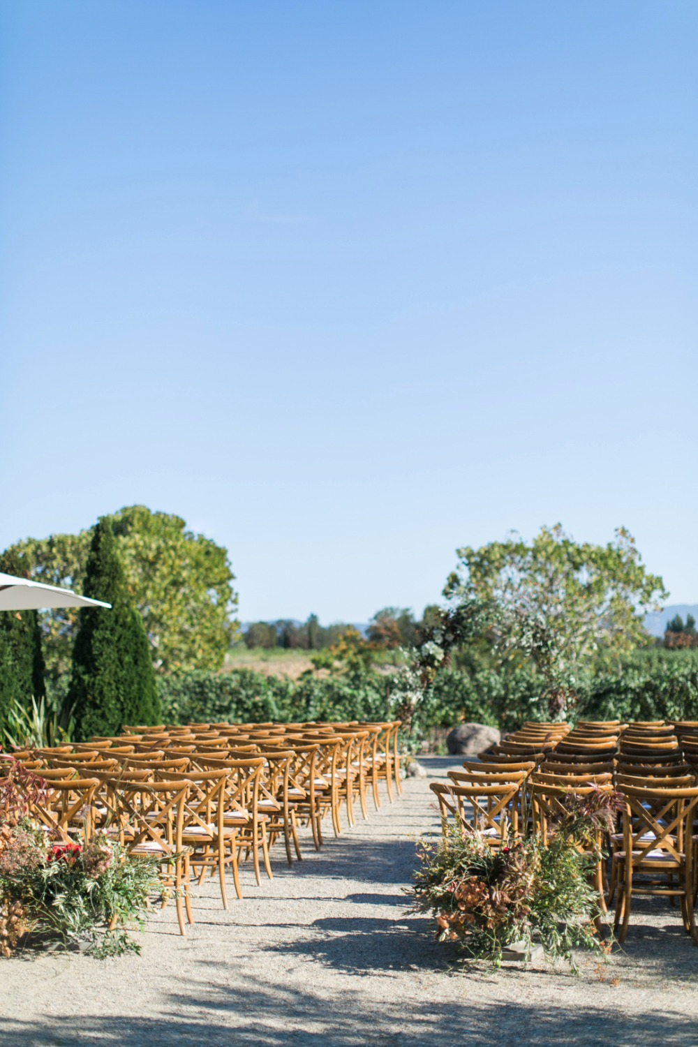 simple and chic outdoor ceremony