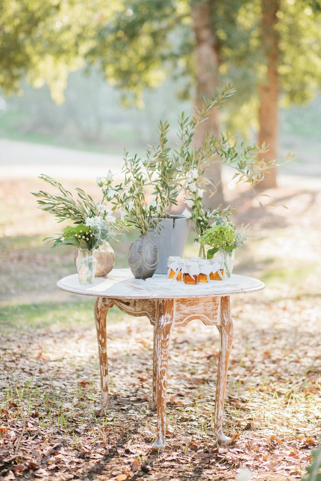 Greenery details and honey favors