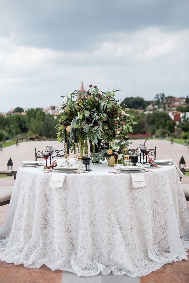 glamour chic sweetheart table in white, black and gold