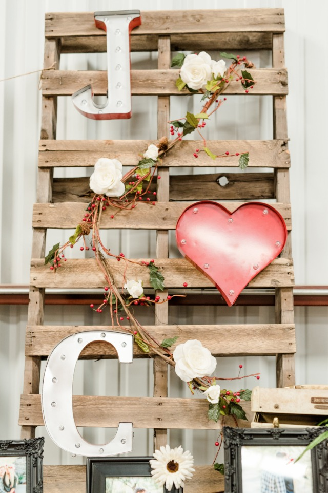 Rustic pallet decor idea
