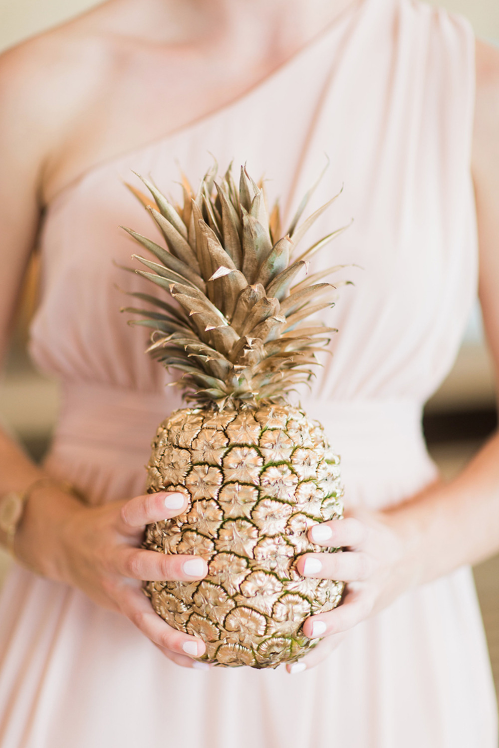 gold pineapple wedding decor