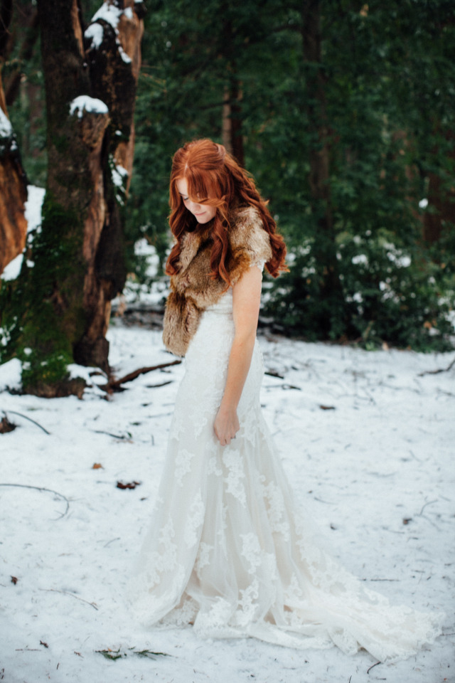 beautiful winter bride look with fur wrap