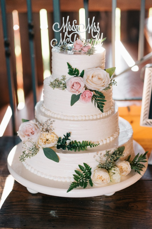 lovely and classic wedding cake