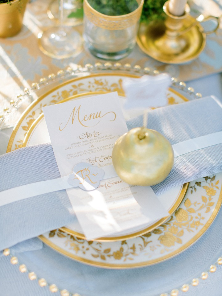 Elegant place setting in blue and gold