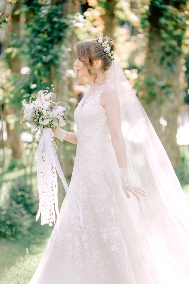 Spring bride with lace gloves
